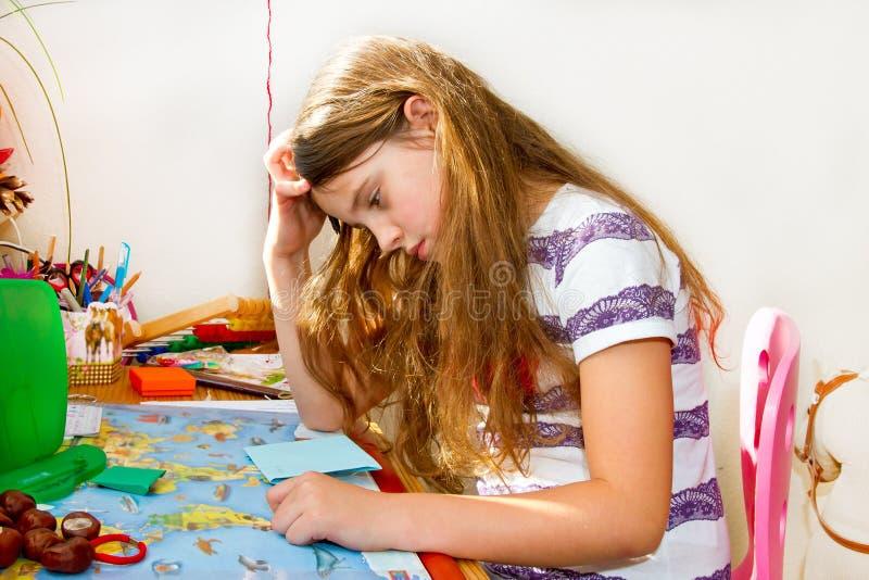 Écolière fâchée et fatiguée photographie stock libre de droits
