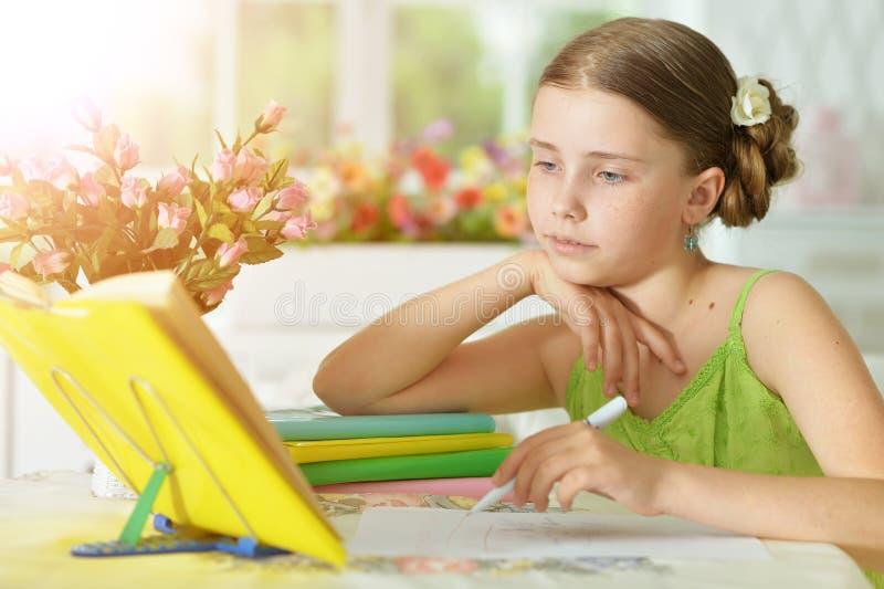 Écolière faisant le travail images stock