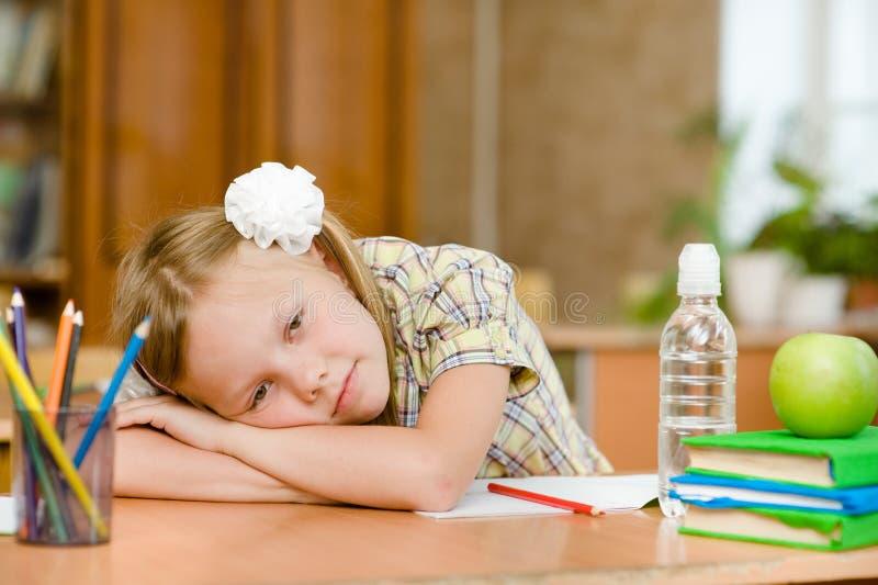 Écolière fatiguée dans la salle de classe images libres de droits