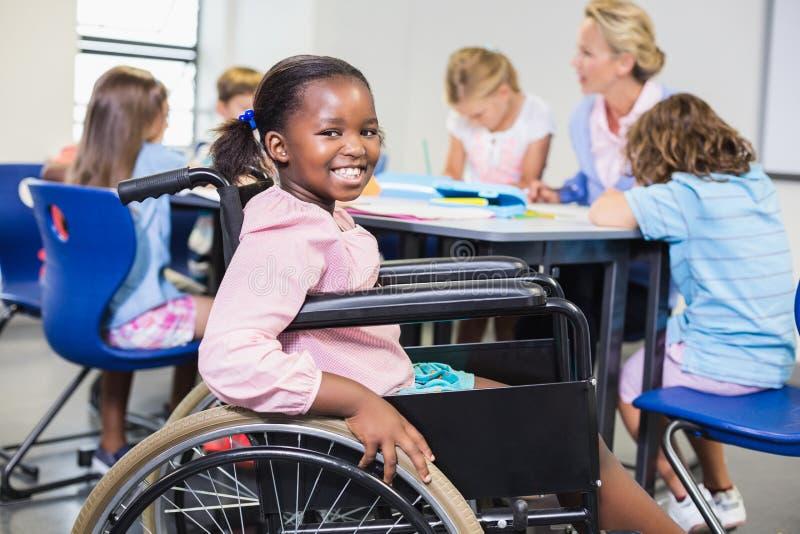Écolière handicapée souriant dans la salle de classe image libre de droits