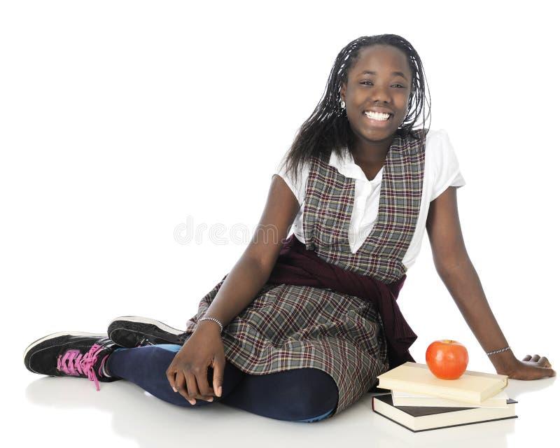 Écolière heureuse dans l'uniforme photos stock