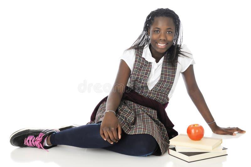 Écolière heureuse de Tween vous regardant photographie stock