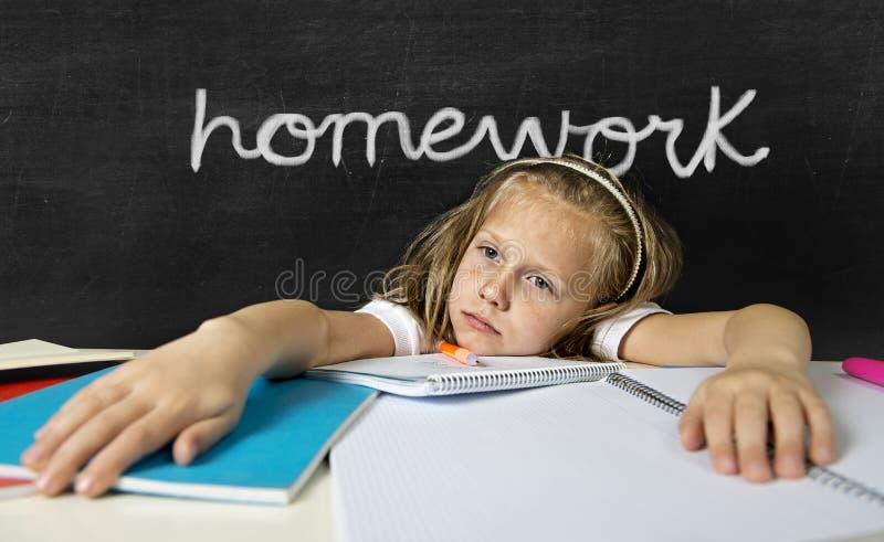 Écolière junior mignonne fatiguée avec les cheveux blonds se reposant dans l'effort W photo libre de droits