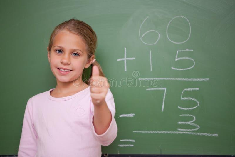 Écolière mignonne avec le pouce vers le haut photos stock