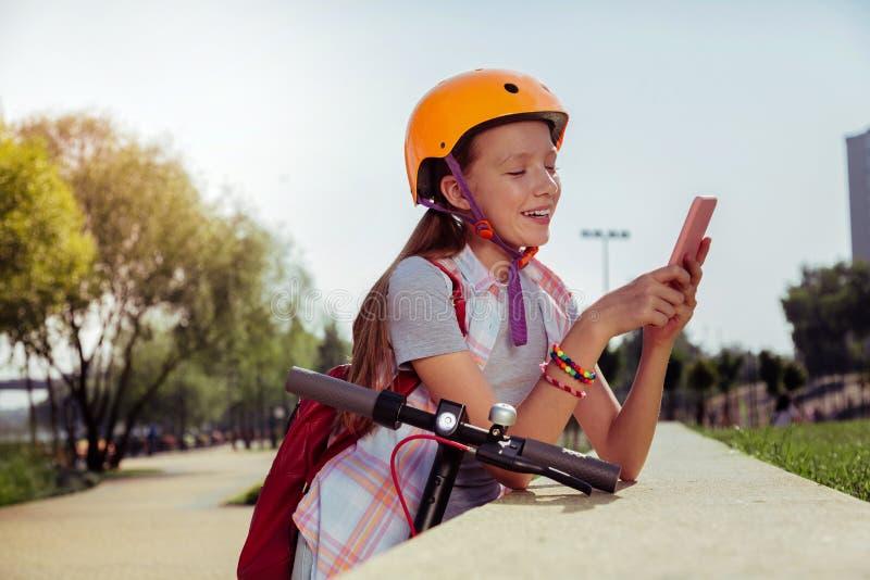 Écolière sportive décontractée prenant la photo au téléphone photographie stock