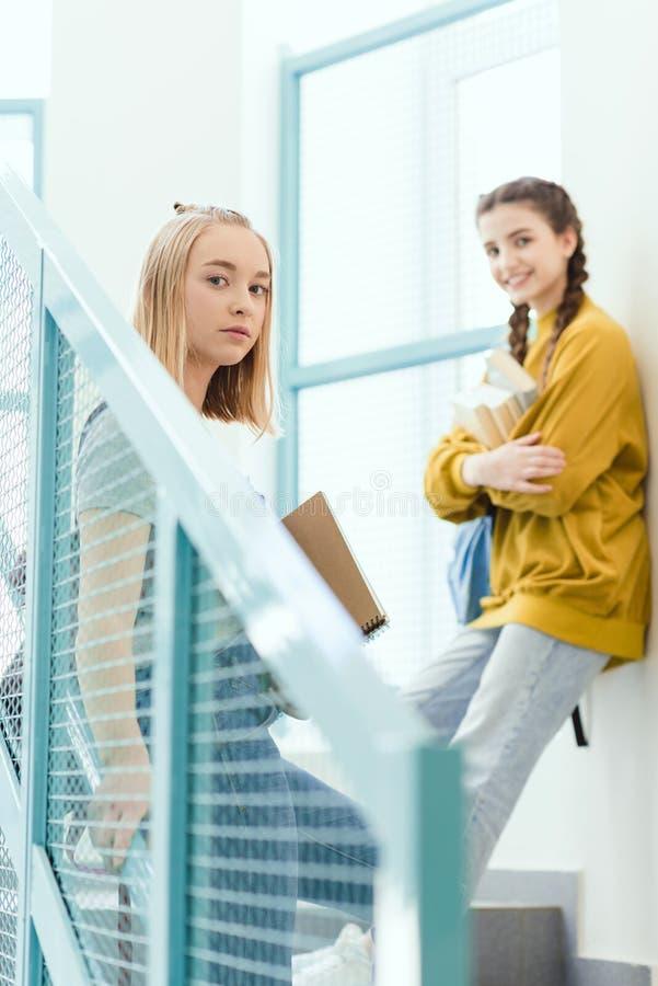 écolières adolescentes se tenant sur des escaliers et le regard photo stock