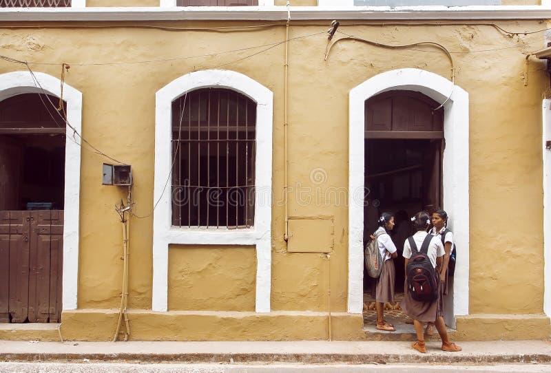 Écolières parlant devant le vieux bâtiment scolaire dans la ville indienne historique photo libre de droits