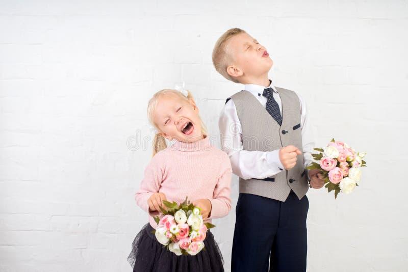 Écolier avec le petit bouquet photo stock