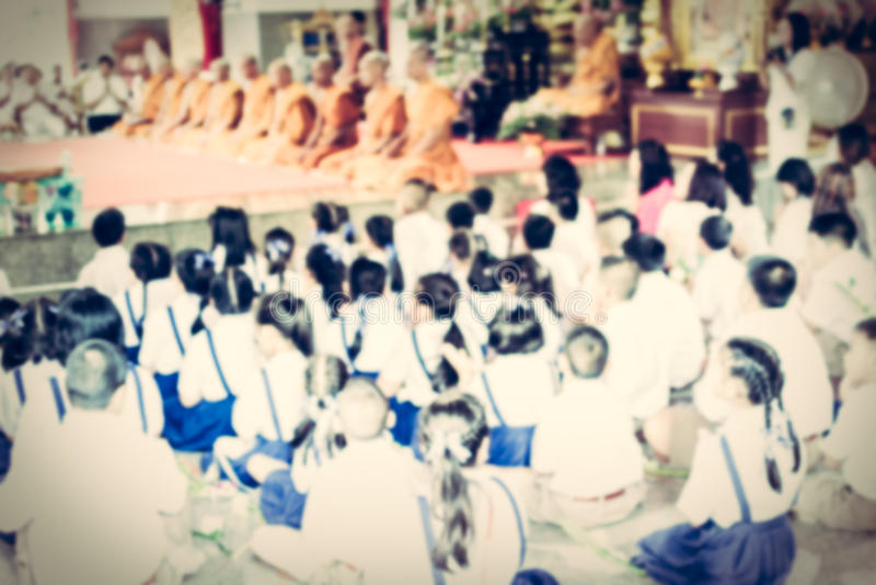 Écolier brouillé dans le temple bouddhiste photographie stock