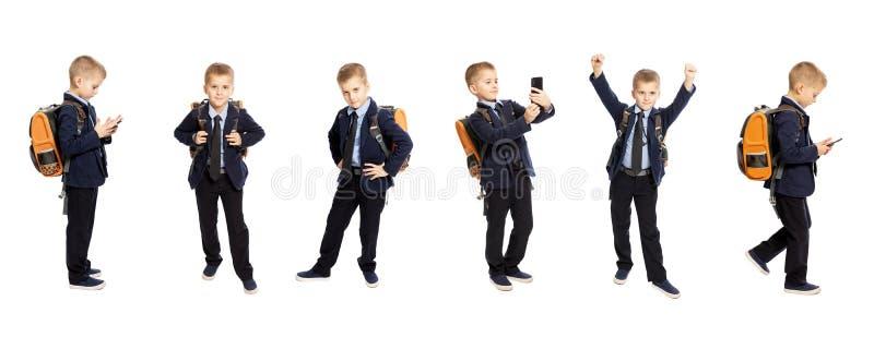 Écolier dans l'uniforme intégral Diff?rentes poses et ?motions collage D'isolement au-dessus du fond blanc images stock