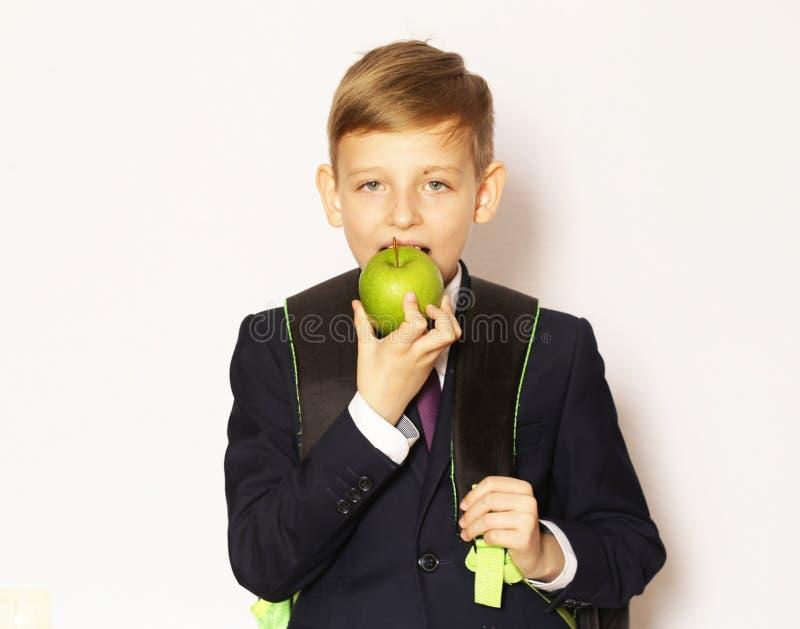 Écolier de garçon de portrait dans le costume et le lien photos libres de droits