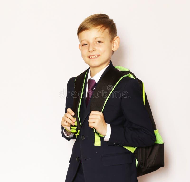 Écolier de garçon de portrait dans le costume et le lien image stock
