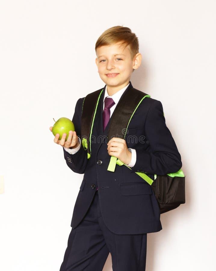 Écolier de garçon de portrait dans le costume et le lien images stock