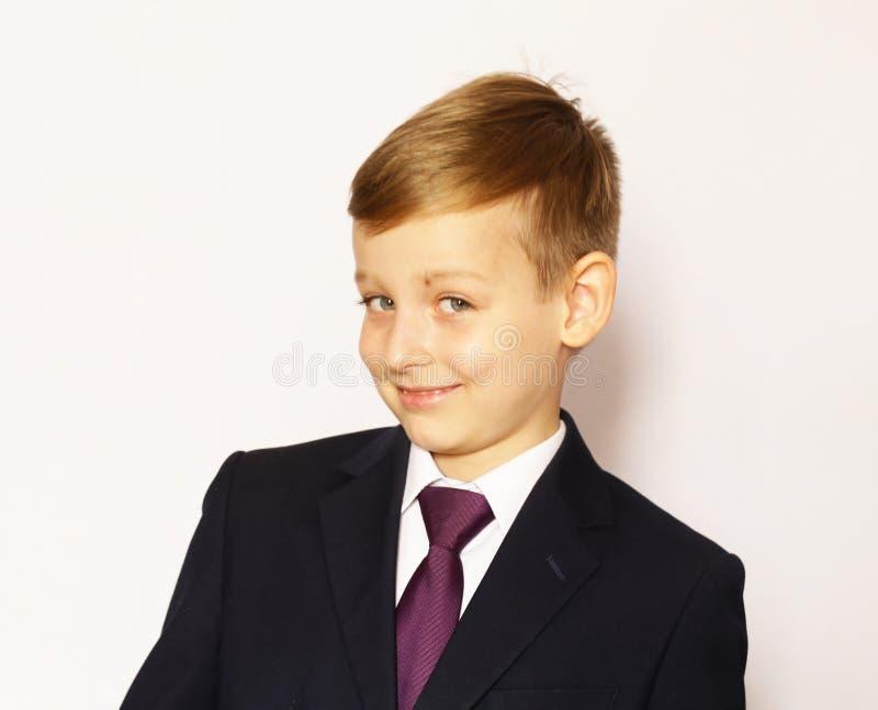 Écolier de garçon de portrait dans le costume et le lien photographie stock libre de droits