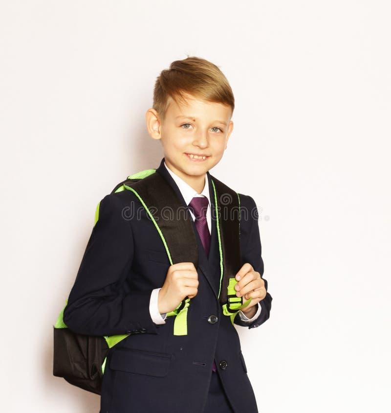Écolier de garçon de portrait dans le costume et le lien image libre de droits