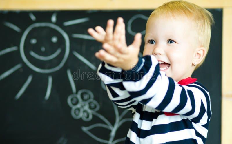 Écolier de sourire drôle dans une classe image libre de droits
