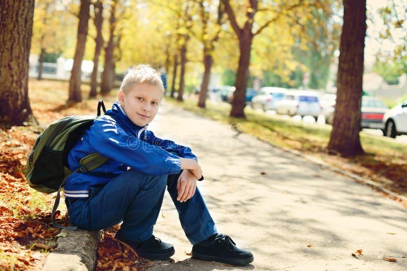 Écolier en parc photos stock