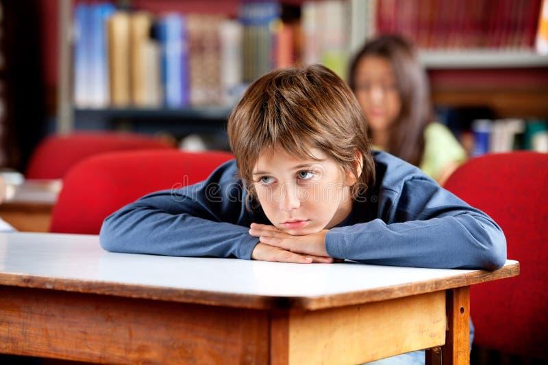 Écolier ennuyé regardant loin image libre de droits