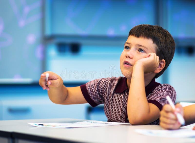 Écolier pensant et rêvant image libre de droits