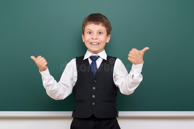 Écolier posant au conseil pédagogique, l'espace vide, concept d'éducation photos stock