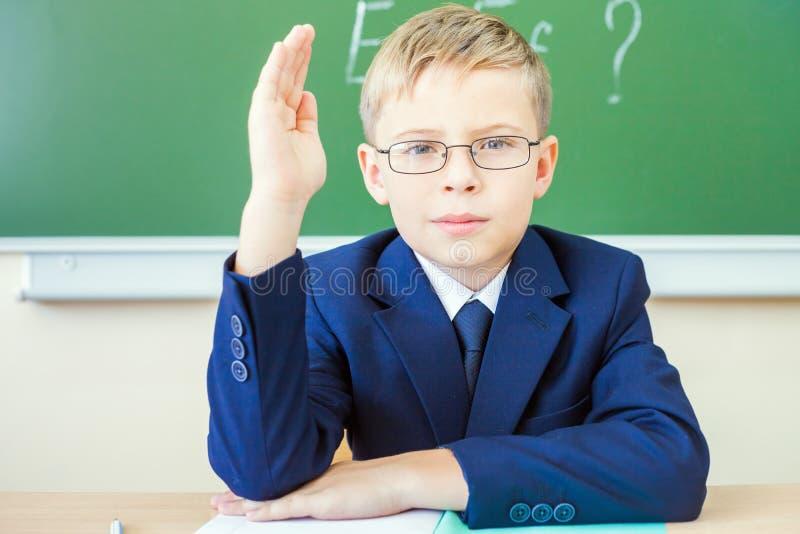 Écolier prêt à répondre et main augmentée  photo libre de droits