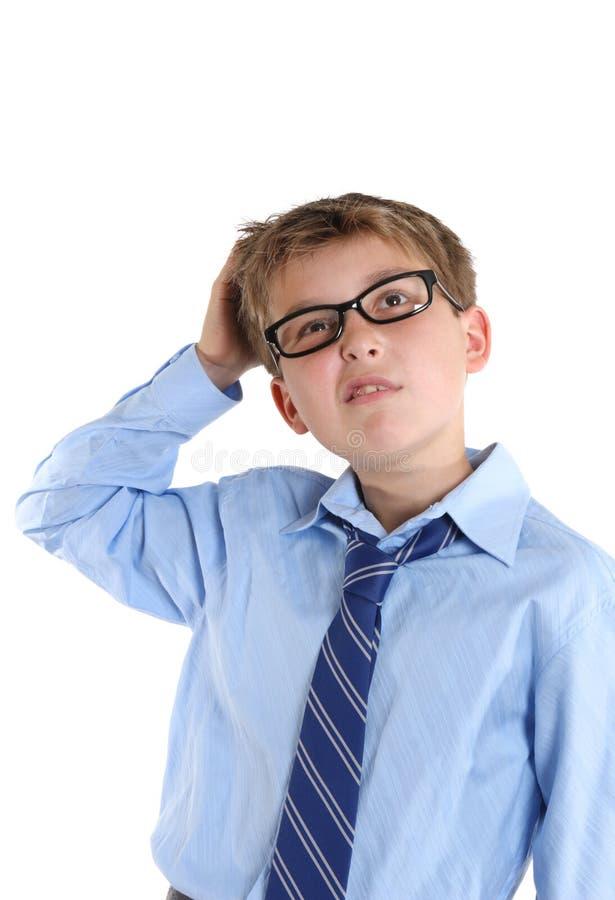 Écolier rayant la tête tout en imaginant et regardant photographie stock
