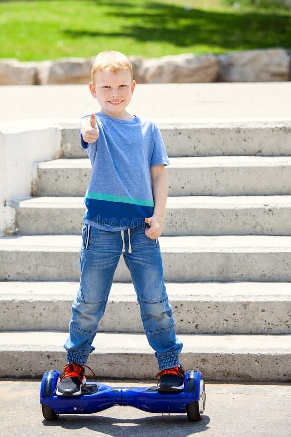 Écolier sur le hoverboard bleu photo stock