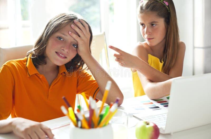 Écoliers dans la classe images libres de droits