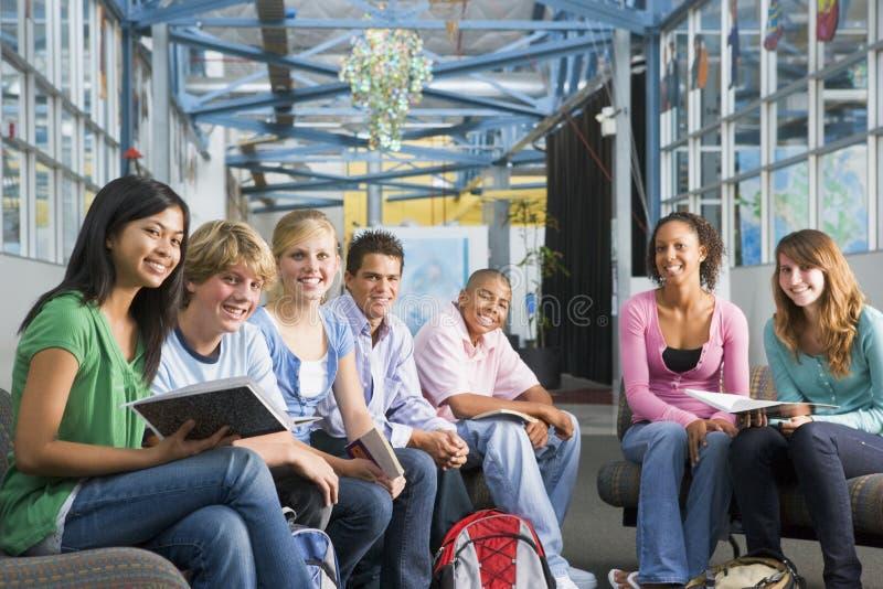 Écoliers dans la classe de lycée photos libres de droits
