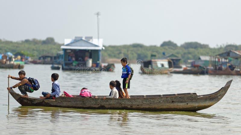 Écoliers dans le bateau, sève de Tonle, Cambodge photographie stock