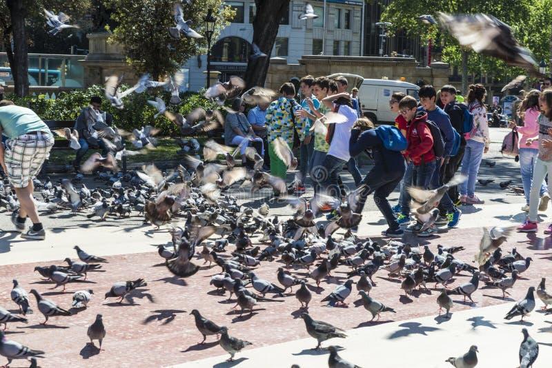Écoliers jouant à Barcelone image libre de droits