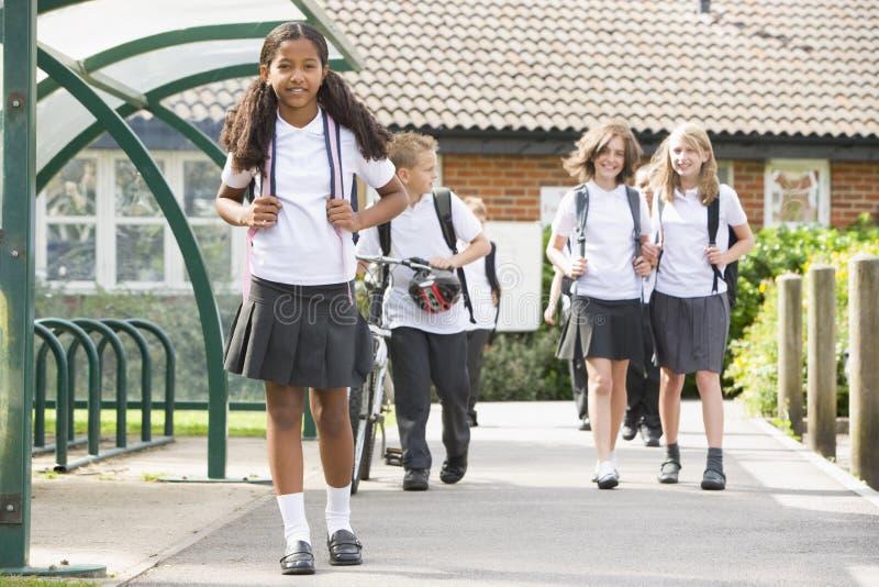 Écoliers juniors quittant l'école photographie stock libre de droits