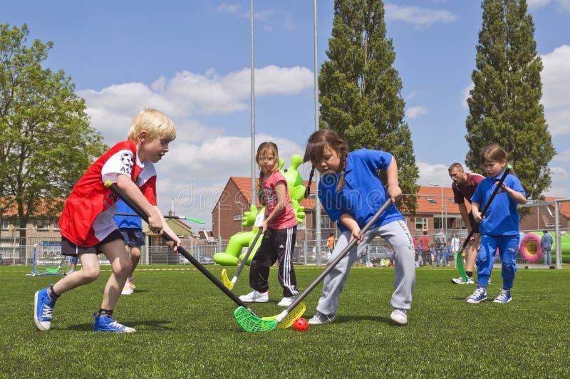 Écoliers le jour de sports photos libres de droits