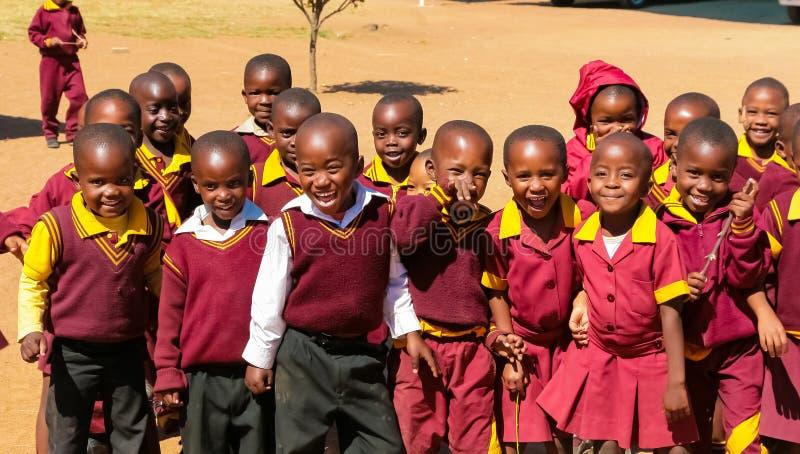 Écoliers primaires africains sur leur pause de midi photographie stock