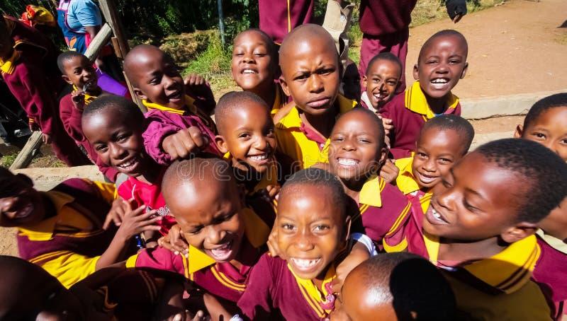 Écoliers primaires africains sur leur pause de midi photo stock