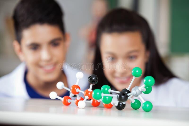 Écoliers regardant la structure moléculaire photo libre de droits