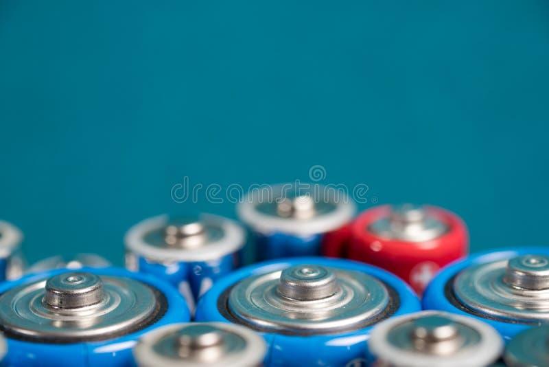 Écologie réutilisant le concept Beaucoup de différents types utilisés ou nouvelle batterie photographie stock libre de droits