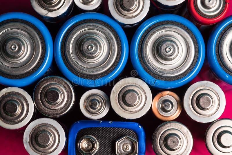 Écologie réutilisant le concept Beaucoup de différents types utilisés ou nouvelle batterie images stock