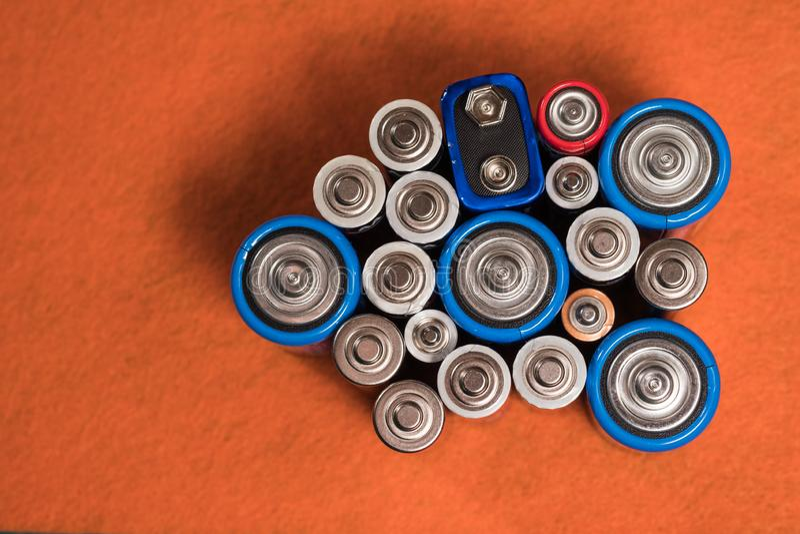 Écologie réutilisant le concept Beaucoup de différents types utilisés ou nouvelle batterie photos libres de droits