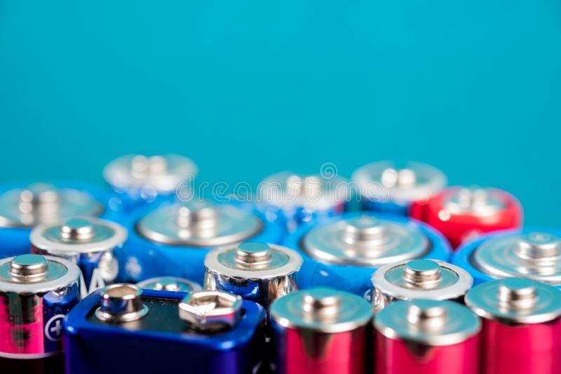 Écologie réutilisant le concept Beaucoup de différents types utilisés ou nouvelle batterie image stock