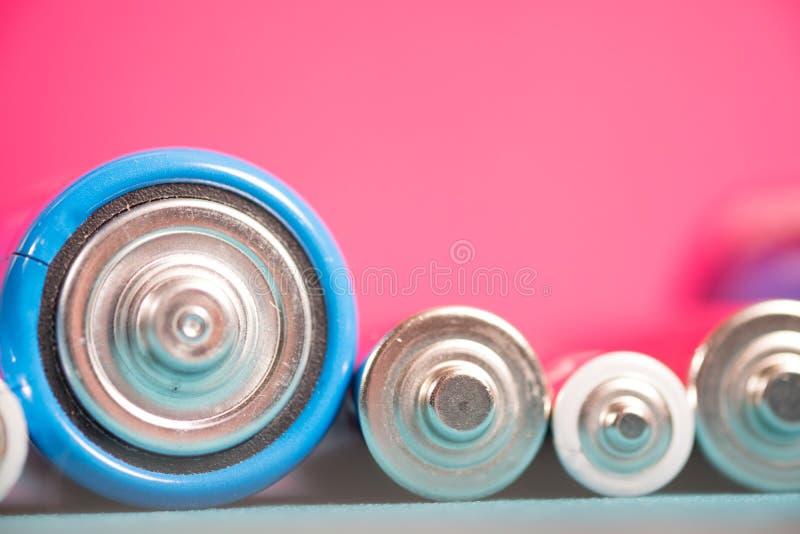 Écologie réutilisant le concept Beaucoup de différents types utilisés ou nouvelle batterie photo stock