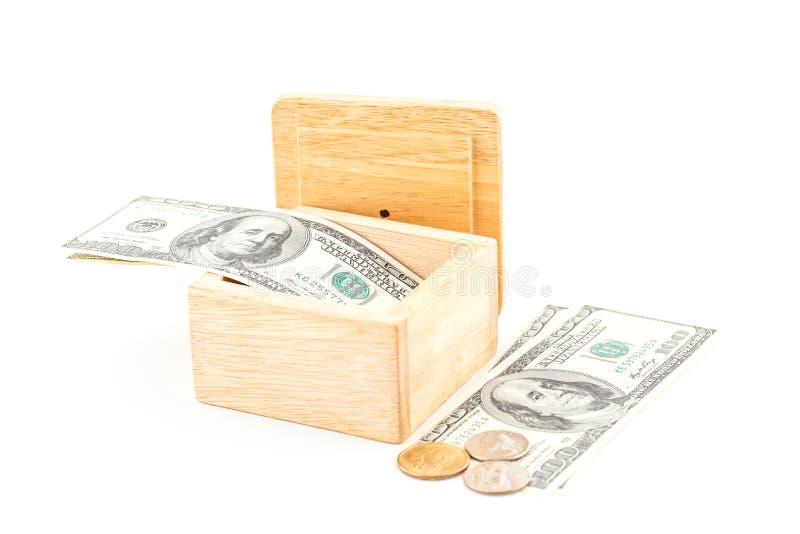 Économie par le dollar et la pièce de monnaie avec la boîte en bois photos libres de droits