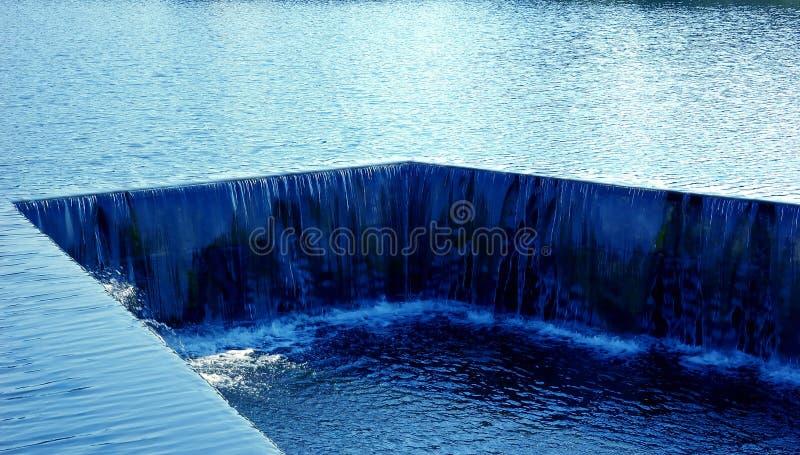 Écoulement d'eau bleu photographie stock libre de droits
