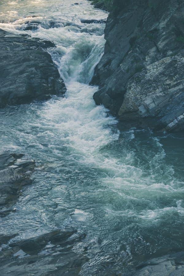 Écoulement d'eau de rivière de montagne images stock