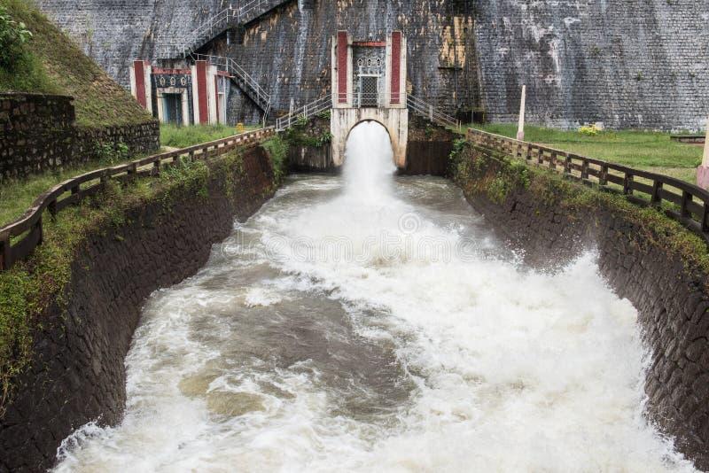 Écoulement d'eau rapide dans le barrage de Neyyar photos libres de droits