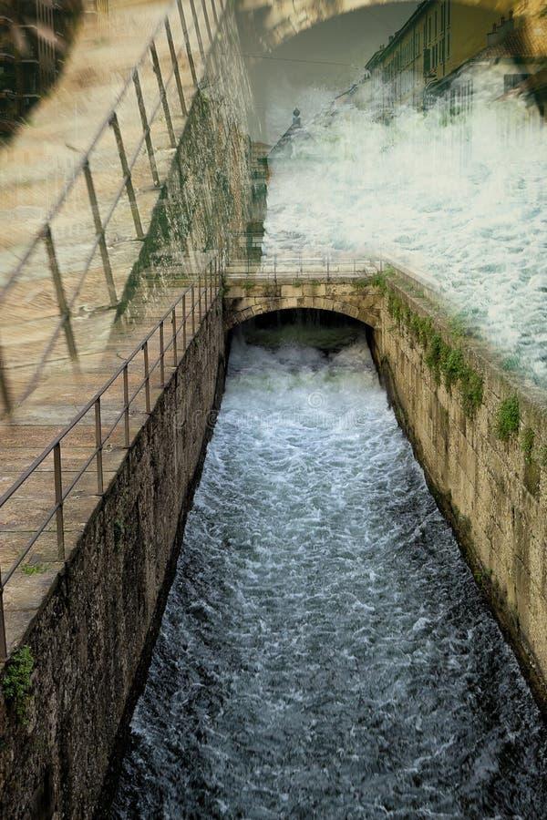 Écoulement de courant de l'eau photographie stock