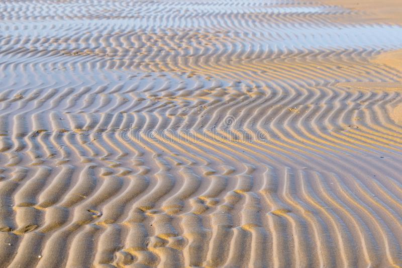 Écoulement de l'eau à marée basse photographie stock