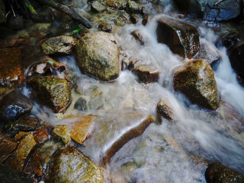 Écoulement de l'eau au-dessous de la cascade d'Otaki-Mentaki sur la route de Nakasendo, Japon photos stock