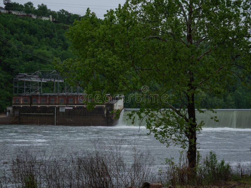 ?coulement de l'eau de barrage de Taneycomo dans le lac shoals de Taureau photographie stock