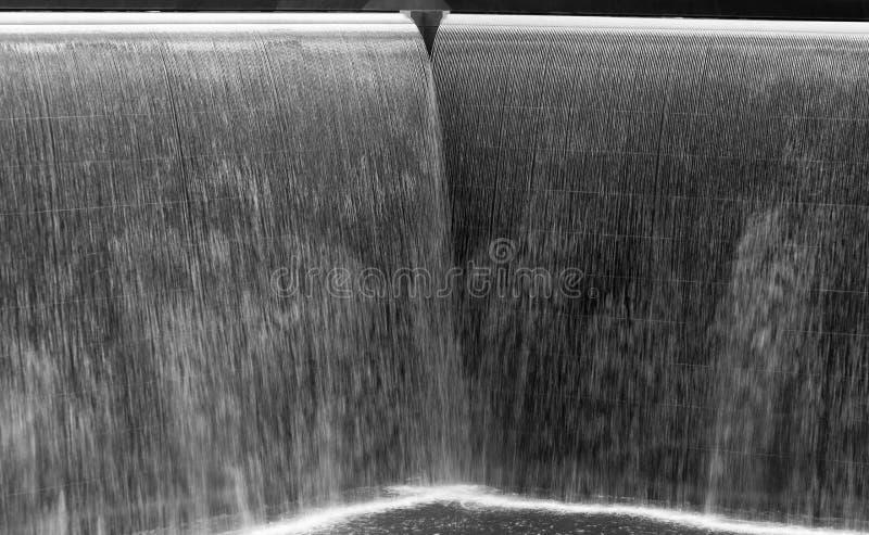 Écoulement de l'eau dans une grande fontaine, noir et blanc image libre de droits